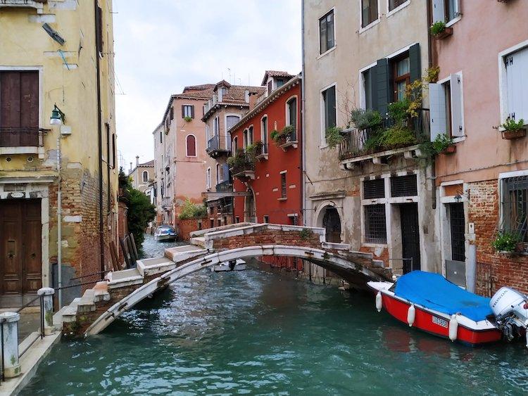 Puente sin barandilla, en Venecia