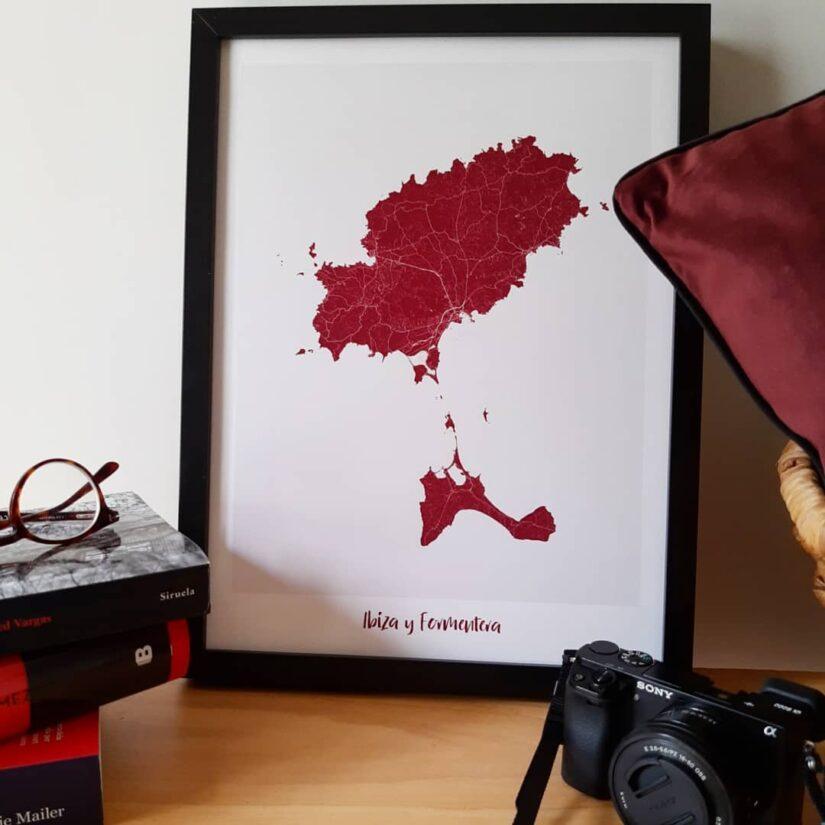 Un ejemplo de mapa 30x40cm de Ibiza y Formentera en color burdeos